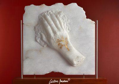 Inside Nature - escultura de una mano en relieve en alabastro con una filigrana dorada