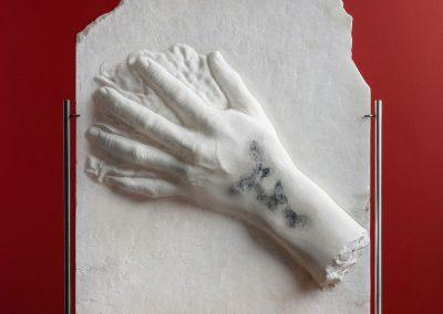 Protecting Butterflies - escultura en relieve de una mano en alabastro con una mariposa incrustada