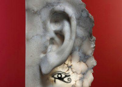 Mary Listen Ra - escultura de una oreja en alabastro con el ojo de Ra incrustado