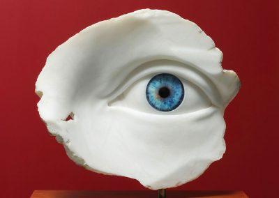 Sophia Left Blue - escultura de un ojo en alabastro y vidrio