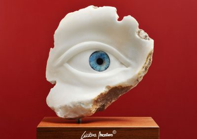 Sophia Right Blue - escultura de un ojo en alabastro y vidrio