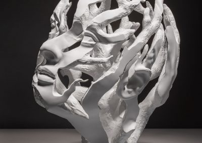 Esperança - escultura de una cabeza femenina en forma de arbol en macryl blanco