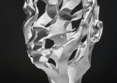 Introspecció - escultura de una cabeza masculina en forma de arbol en macryl blanco