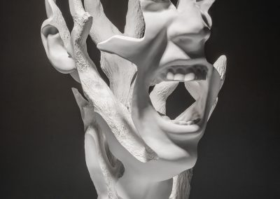 La Força Interior - escultura de una cabeza femenina en forma de arbol en macryl blanco
