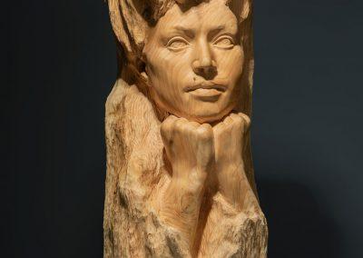 Pensativa - escultura femenina incrustada en un tronco en madera de cedro