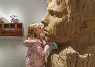 Cohesió - escultura de una cabeza masculina en madera roble y niña